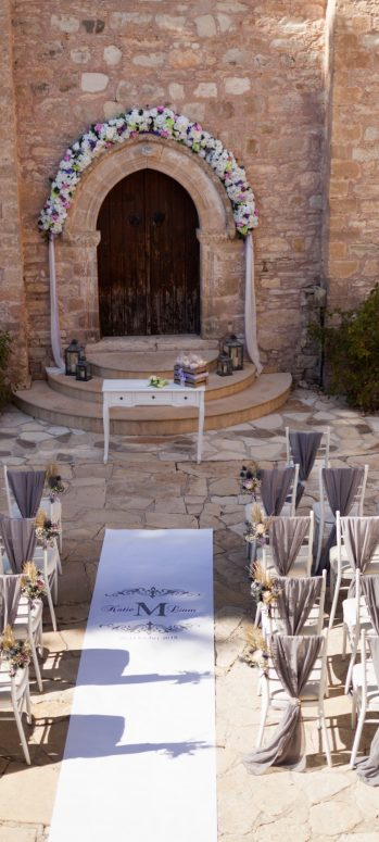 minthis courtyard wedding ceremony setup